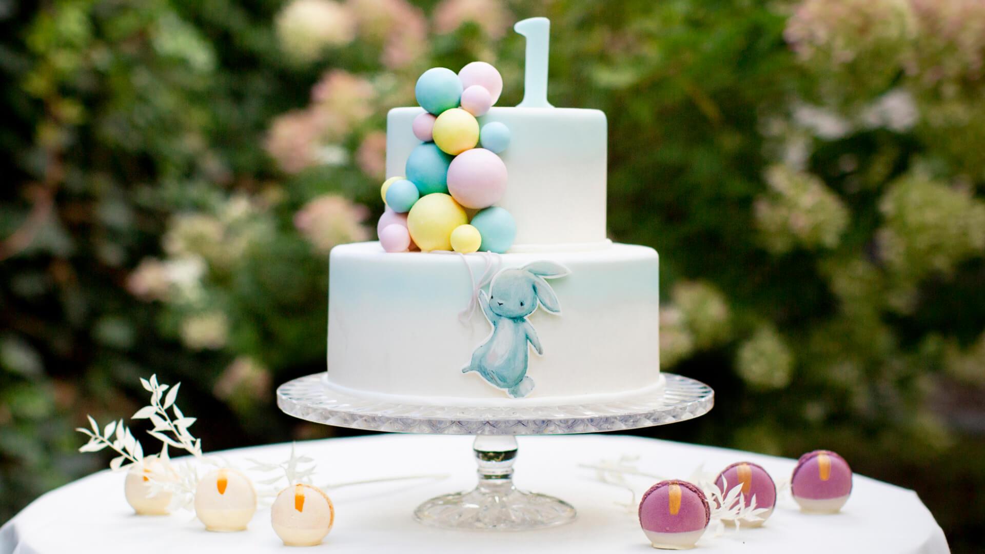 Sto lat, córeczko! Poznaj 3 sprawdzone inspiracje na tort urodzinowy dla dziewczynki