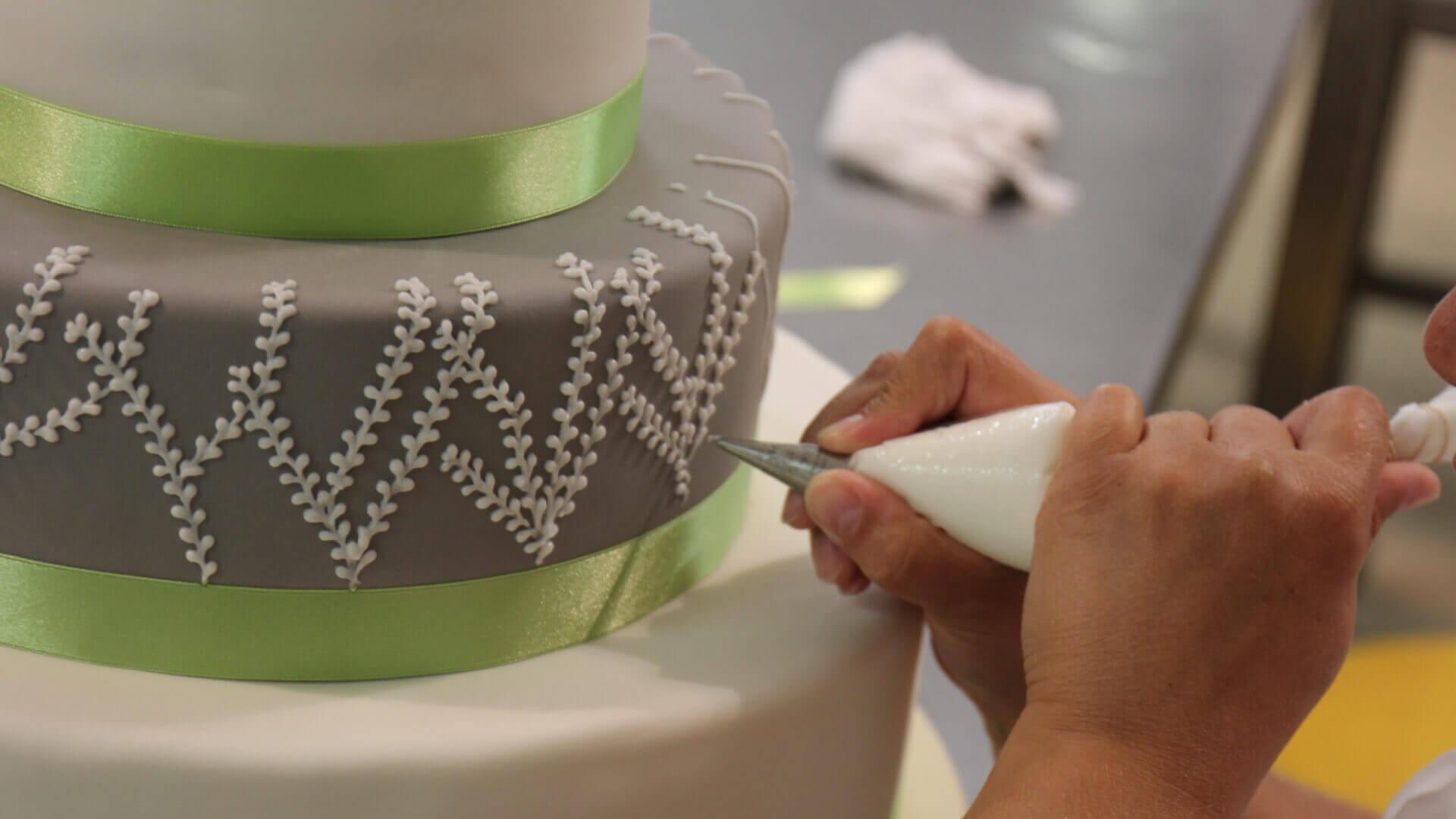 Dekorowanie tortu krok po kroku. Sprawdź nasze niezawodne wskazówki!