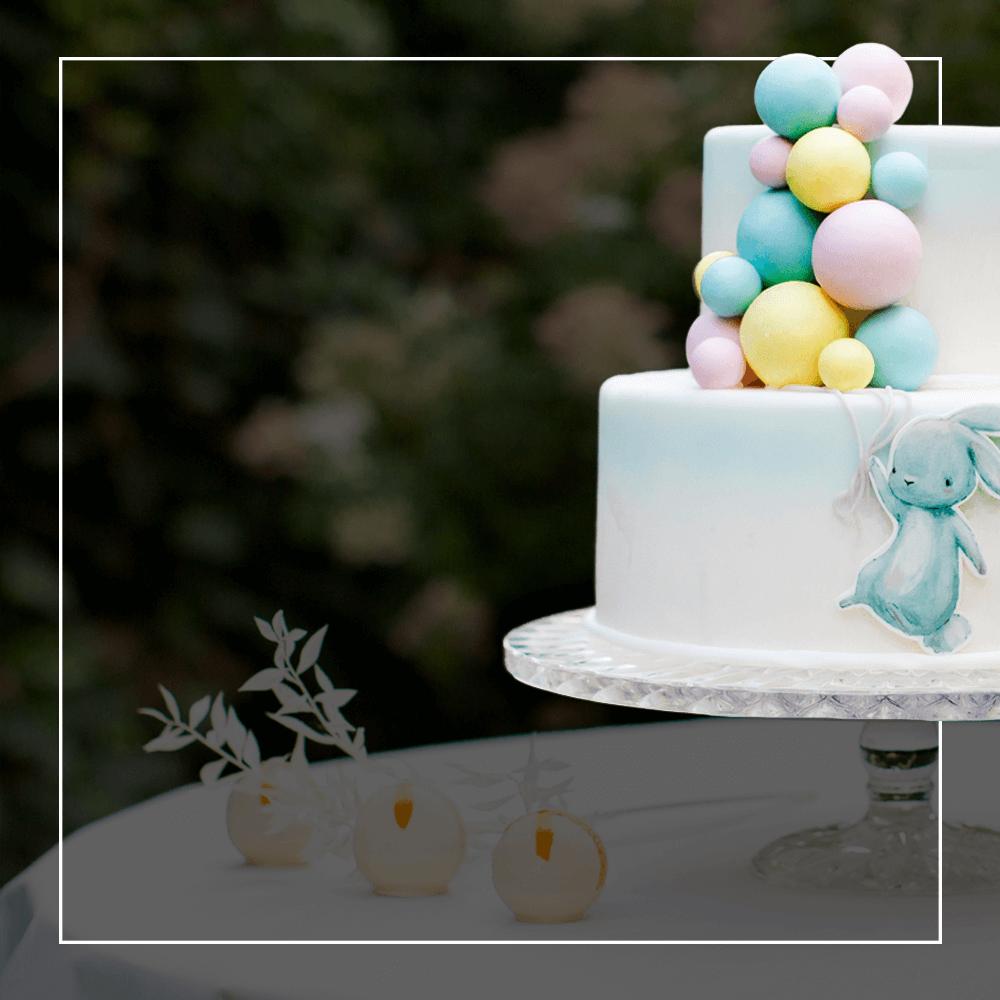 Wykonujemy klasyczne lub ekstradekoracyjne torty na chrzciny. Nasi cukiernicy wspinają się na wyżyny swoich możliwości, przygotowując słodkie wypieki na cześć niemowlaka świętującego ważny dzień w swoim życiu.