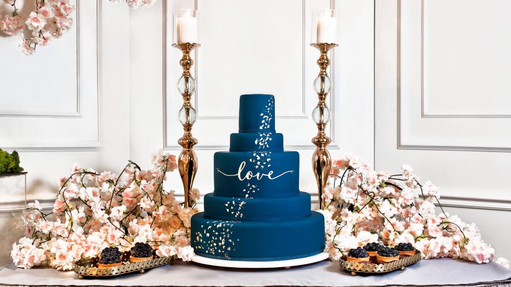 Dekoracyjne dzieła sztuki. Poznaj torty weselne w stylu glamour!