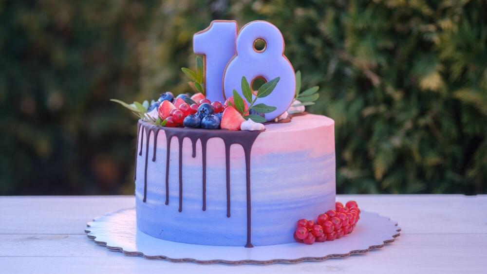 Jaki tort wybrać na 18. urodziny? Sprawdź inspiracje od Cukierni Sowa!